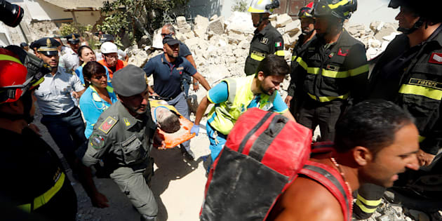 Rescue workers carry a child after an earthquake hits the island of Ischia, in Naples, Italy August 22, 2017. REUTERS/Ciro De Luca     TPX IMAGES OF THE DAY
