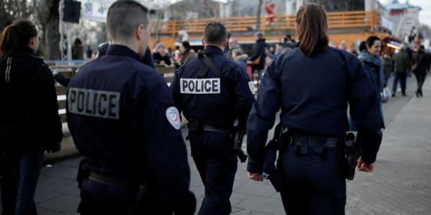 Patrouille de police sécurisant le marché de Noël des Champs Elysées.
