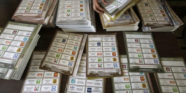 Un trabajador electoral ordena las boletas en una mesa de votación durante las elecciones presidenciales en Ciudad Juárez, México.