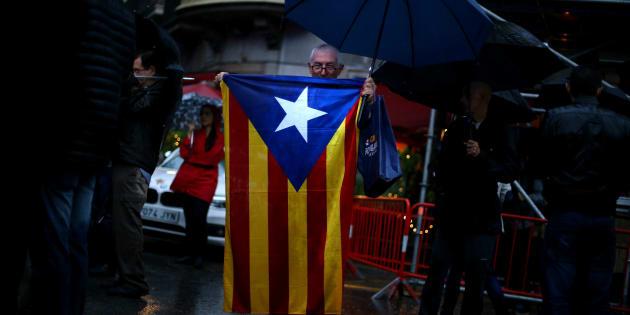 カタルーニャ自治州旗を掲げる男性