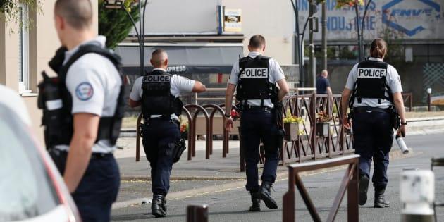 Agentes de policía, desplegados en Villejuif, cerca de París, tras el descubrimiento del almacén.