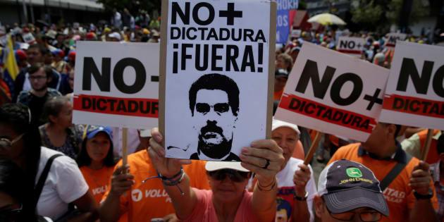 Na Venezuela, a oposição vem ganhando apoio popular e as ruas da capital Caracas são palcos de diversas manifestações, enquanto o presidente Nicolás Maduro concentra ainda mais o poder.