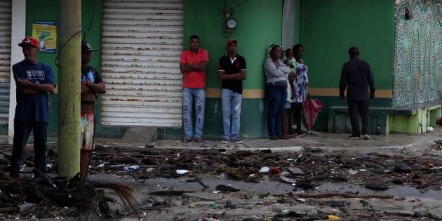 Des habitants contemplent les dégâts causés par le passage de l'ouragan Irma en République Dominicaine.