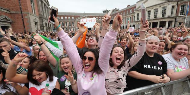 """Pessoas que fizeram campanha pelo """"sim"""" festejam  o anúncio do resultado do referendo sobre a 8ª emenda à Constituição irlandesa."""