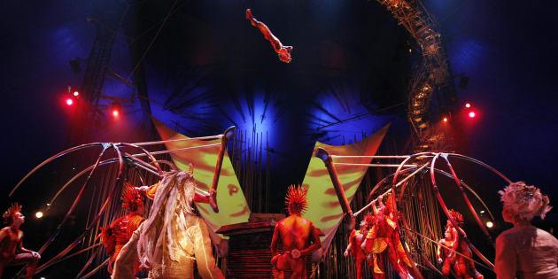 Des artistes du Cirque du Soleil durant une représentation de «Varekaï»