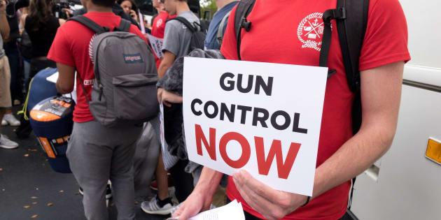 Estudiantes del instituto Marjory Stoneman Douglas, donde se produjo el tiroteo, reparten carteles para pedir un endurecimiento de las leyes de venta de armas.