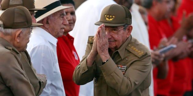 El presidente cubano Raúl Castro saluda durante una ceremonia que conmemora el asalto a la Moncada.
