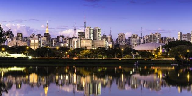 A cidade fica linda refletida no lado do Parque do Ibirapuera, em São Paulo.