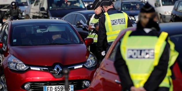 Des policiers contrôlant la circulation alternée dans Paris le 6 décembre 2016.