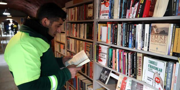 C'est grâce à l'initiative des éboueurs que des livres destinés à être jetés aux ordures ont eu le droit à une seconde vie.