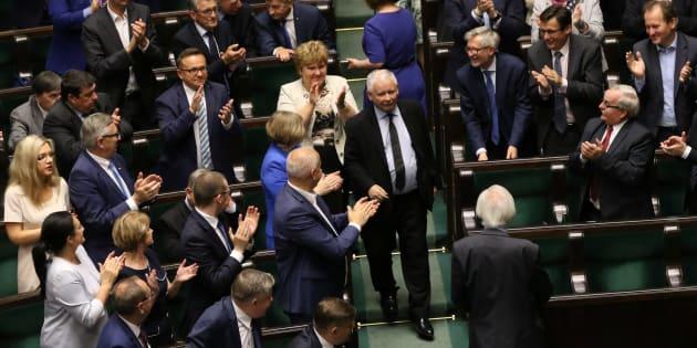 Jaroslaw Kaczynski, líder del partido Ley (o Derecho) y Justicia, aplaudido en el Parlamento por sus compañeros tras ganar la votación.