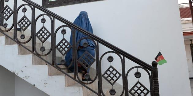 Nadia, 22 ans, sur le chemin du cabinet de son avocat, le 16 janvier, pour tenter d'obtenir le divorce d'avec son mari violent et héroïnomane. Quand son mari l'a attaquée avec une barre de métal, elle a fait une chose impensable en Afghanistan, elle l'a quitté. De plus en plus d'Afghanes osent le faire.