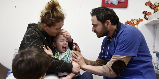 Un pediatra atiende a un niño.