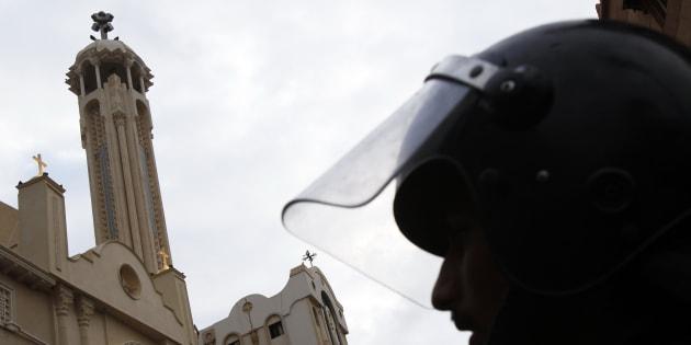 Un membre des forces de l'ordre égyptiennes, devant l'église Saint-Marc d'Alexandrie, en janvier 2011, après un attentat qui avait frappé le monument.