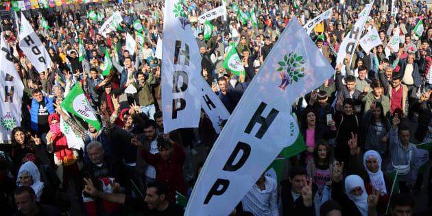 Sostenitori del partito pro-curdi HDP a Diyarbakir, in Turchia, l'11 novembre