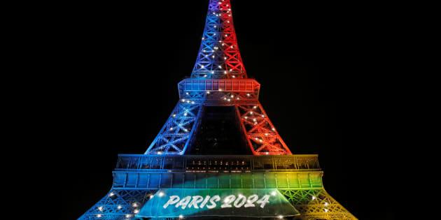 La tour Eiffel illuminée aux couleurs du drapeau olympique lors du lancement de la campagne pour la candidature de Paris aux JO-2024.