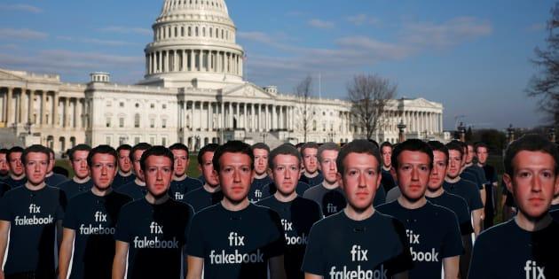 Decenas de recortes de cartón de Mark Zuckerberg aparecieron hoy frente al Capitolio de Estados Unidos en Washington.