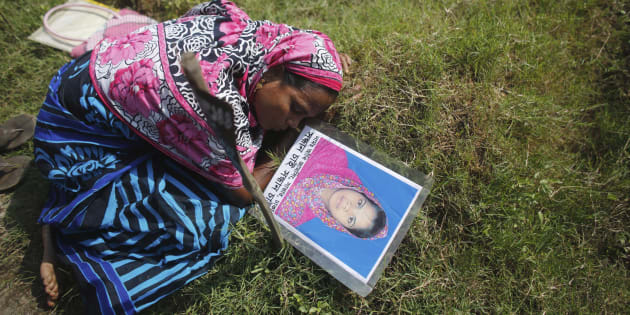 Une mère pleure la mort de sa fille Akhi, dont le corps n'a été identifié que tardivement, dans le drame de l'effondrement du Rana Plaza en 2013.