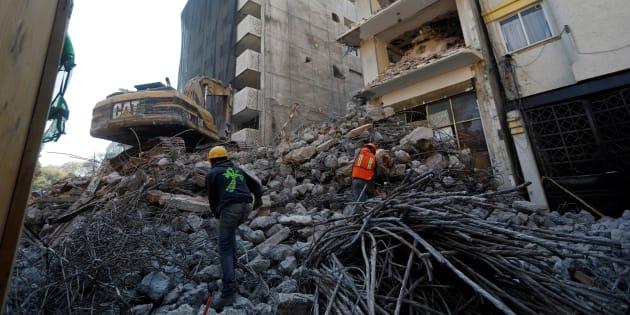 Los empleados recogen varillas de acero en un edificio que se demuele cinco meses después del terremoto del 19 de septiembre, en la colonia Álamos en la Ciudad de México, el 15 de febrero de 2018.