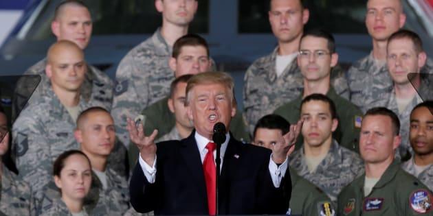 兵士らに囲まれながら演説するトランプ大統領=2017年9月、メリーランド州