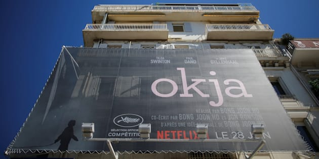 """En la Croisette se exhibe un póster de la película de Netflix """"Okja"""" en competencia en el Festival de Cine de Cannes en 2017."""