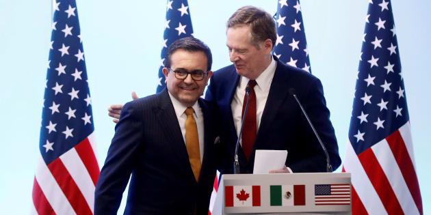 El Representante Comercial Robert Lighthizer abraza al Ministro de Economía mexicano Ildefonso Guajardo durante una conferencia de prensa conjunta sobre el cierre de la séptima ronda de conversaciones del TLCAN.