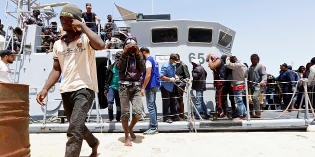 Un grupo de migrantes desembarca en el puerto de Trípoli tras ser rescatado en aguas de Libia, el pasado 29 de junio.