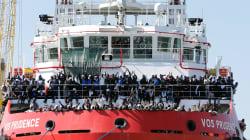 La nave di Medici senza frontiere attracca a