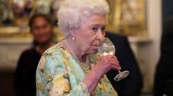 La reine boit quatre cocktails par