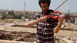 Ameen Mokdad, il violinista iracheno costretto a fuggire, sfida l'Isis e torna a suonare tra le rovine di