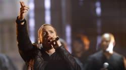 Sur scène, Eminem ajoute un couplet anti-armes à feu à son