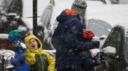 Por tormenta de nieve cancelan y retrasan miles de vuelos en