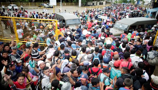 📷 En medio de un cerco policiaco y militar, así se vive el ingreso de la #CaravanaMigrante a