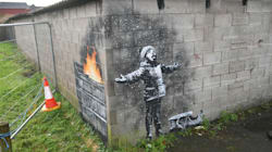 Banksy está de regreso con un mensaje navideño inquietante sobre el medio