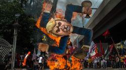 Manifestantes incendian esvástica con imagen de Trump durante su visita a