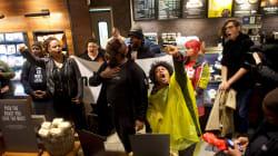 Le patron de Starbucks aimerait avoir une discussion avec les deux hommes
