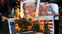 BARRICATE ARABE - Proteste a Gaza, bruciate bandiere