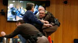 Un père de victimes du médecin Nassar tente d'attaquer ce dernier en