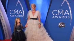 Pink et sa fille sont adorables sur le tapis rouge des Country Music