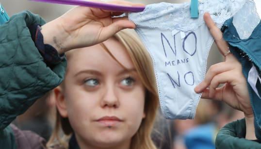「Tバックはセックスの同意じゃない」弁護士の発言に、女性たちが下着の写真を投稿して抗議