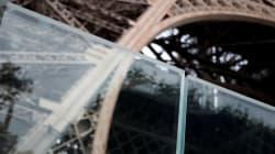 La tour Eiffel protégée par une barrière de