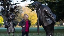トランプ大統領と女の子がらみ合う彫刻、イギリスに出現。いったいなぜ?