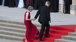 Lors de sa visite au Royaume-Uni, Trump a encore attrapé la main de Theresa