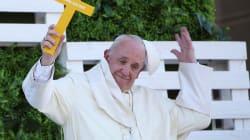 Le pape touché à la tête par un objet pendant un bain de