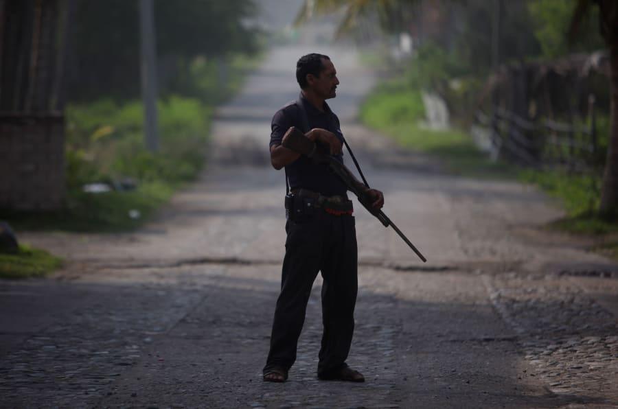 Guardia comunitario en Santa María Ostula, perteneciente al municipio de Aquila, Michoacán.