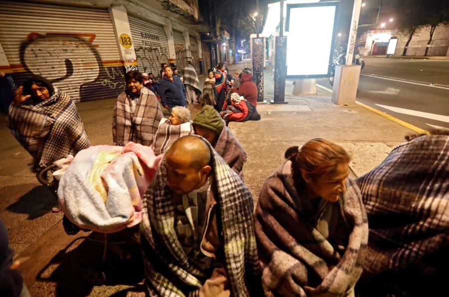 大きな揺れの後、歩道に避難する人々