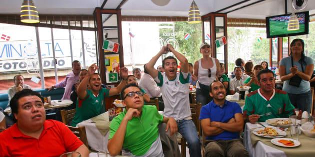 Aficionados acudieron a restaurantes, bares y cantinas para seguir los partidos de la selección mexicana en el Mundial Brasil 2014.