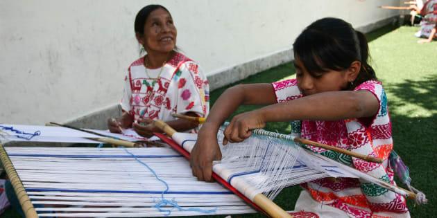 """Indígenas del estado de Guerrero participaron en la kermés que organizó la agrupación """"Chefs al rescate"""" para lograr la construcción de un taller textil."""
