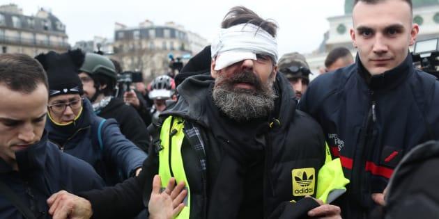 Jérôme Rodrigues, ici ce 26 janvier alors qu'il est pris en charge après sa blessure, est l'une des figures actives des gilets jaunes sur les réseaux sociaux.
