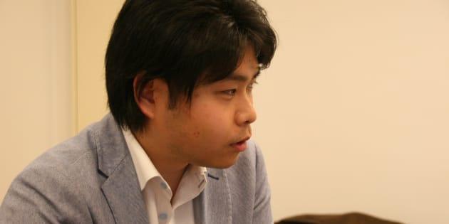 記者団の取材に答える中澤佑一弁護士
